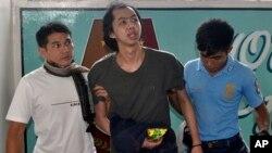 Pria Malaysia, Chong Wei Jie (tengah) tiba di Jolo, provinsi Sulu di Filipina Selatan (6/8). Chong berhasil lolos dari militan terkait al-Qaida yang telah menahannya selama sembilan bulan.