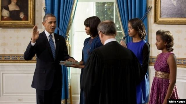 Babban jojin Amurka, John Roberts, yana rantsar da Shugaba Barack Obama a Fadar White House, Lahadi 20 Janairu, 2013.