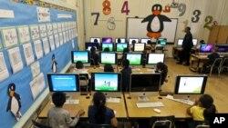 Các em học sinh đang tập làm toán tại một trường tiểu học ở Los Angeles.