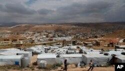ក្មេងៗភៀសខ្លួនស៊ីរីលេងនៅជំរំជនភៀសខ្លួន ដែលស្ថិតនៅចន្លោះផ្ទះ និងអគារនានានៅក្នុងក្រុង Arsal ភាគខាងកើតនៃប្រទេសលីបង់ ជាប់នឹងព្រំដែនស៊ីរី កាលពីថ្ងៃទី១៣ ខែមិថុនា ឆ្នាំ២០១៨។
