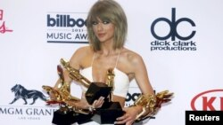 "Singer Taylor Swift poses backstage with her awards for Top Artist, Billboard Chart Achievement Award, Top Female Artist, Top Hot 100 Artist, Top Digital Songs Artist, Top Streaming Song (Video) for ""Shake it Off"" and Top Billboard 200 Album for ""1989"" during the 2015 Billboard Music Awards in Las Vegas, Nevada, May 17, 2015."