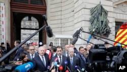 فرانس کے وزیر داخلہ کرسٹوف کیسٹینر پولیس ہیڈ کوارٹر کے باہر نیوز کانفرنس سے خطاب کرتے ہوئے