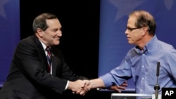 Джо Доннелли (слева), пожимает руку Майку Брауну после дебатов в Сенате США в Индианаполисе, 30 oктября 2018