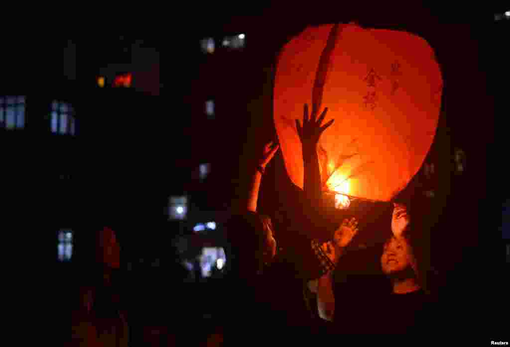 Students release a sky lantern to pray for the upcoming annual national college entrance examination, or 'gaokao', in Maotanchang town of Luan, Anhui province, China, June 4, 2019.
