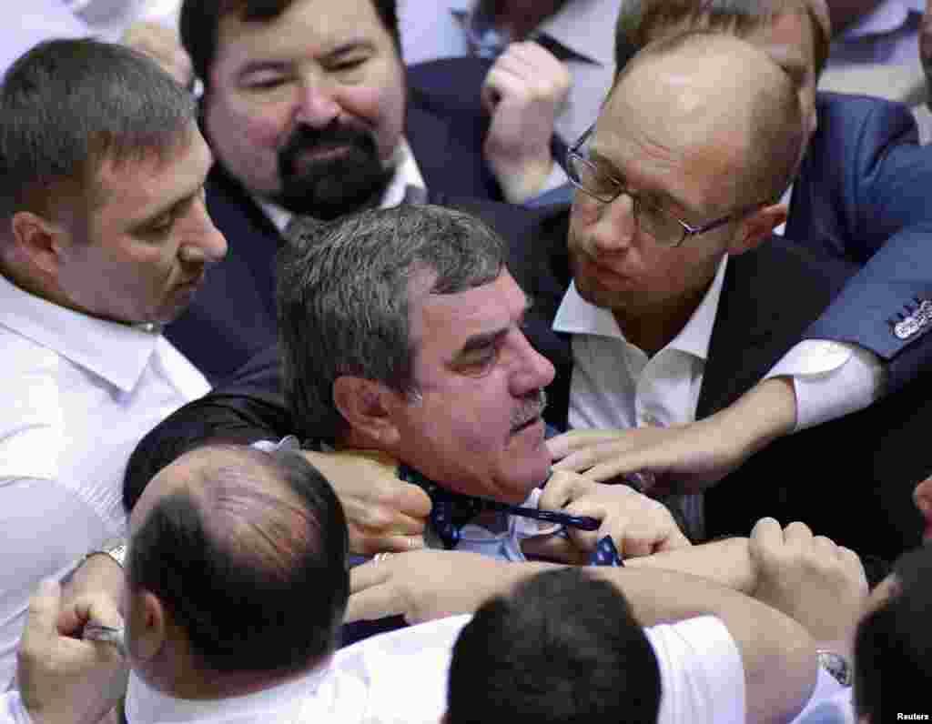 6일 우크라이나 의회에서 여당 지도자와 야당측 인사간 싸움이 벌어졌다. 이를 말리는 주변 의원들.