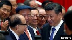 资料照:中国国家主席习近平与香港富豪李嘉诚(左)握手。(2017年6月30日)