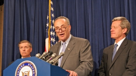 参议员查克·舒默(中)在参议院讲台