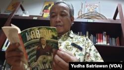Prof. Sutanto, dosen UNS Solo penulis biografi BJ Habibie dalam beragam judul buku, sedang membaca salah satu karyanya di perpustakaan rumahnya, 13 September 2019.