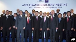 Bộ trưởng tài chính các nước APEC chụp ảnh cùng nhau ở Bali, Indonesia, ngày 20 tháng 9, 2013.