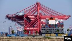 長灘港有待清理的集裝箱存貨(美國之音國符拍攝)
