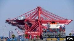 长滩港有待清理的集装箱存货(美国之音国符拍摄)