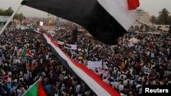 Тысячи протестующих у здания минобороны страны в Хартуме. Судан (архивное фото)