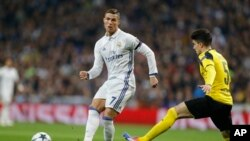 Mar Batra (amarelo) no jogo entre o Dortmund e o Real Madrid em Dezembro, frente a Ronaldo