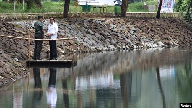 Presiden Joko Widodo ketika meninjau Situ Cisanti, sumber dari Sungai Citarum, di Bandung Selatan 22 Februari 2018 (Foto: Antara/Reuters).