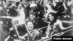 Presiden John F. Kennedy dan istrinya Jacqueline dalam limusin sebelum terjadinya penembakan.