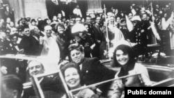 Претседателот Кенеди и сопругата Џеки за време на посетата на Далас, снимени на само неколку секунди пред атентатот на 22-ри ноември 1963-та
