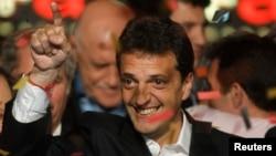 El alcalde de El Tigre, en la provincia de Buenos Aires, Sergio Massa, celebra su triunfo en las elecciones.
