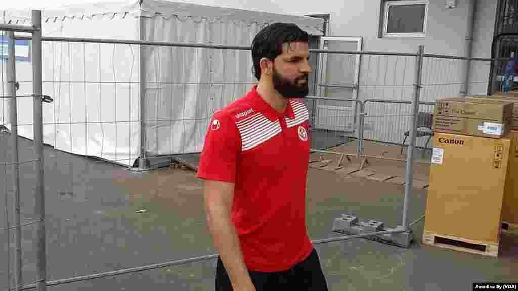 Le défenseur de la Tunisie Syam Ben Youssef se promené au stade de Franceville, Gabon, 14 janvier 2017. (VOA/Amedine Sy)