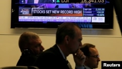 2016年7月12日,纽约证券交易所交易大厅里的交易员们。