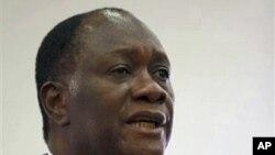លោក Alassane Ouattara ទទួលសំណួរពីអ្នកយកព័ត៌មានក្នុងអំឡុងពេលសន្និសីទព័ត៌មានមួយនៅសណ្ឋាគារ Golf Hotel នាក្រុងអាប៊ីហ្សង់ប្រទេសកូតឌីវ័រកាលពីថ្ងៃទី០៦ខែមករាឆ្នាំ២០១១។