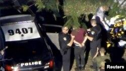 تصویر لحظه ای که عامل تیراندازی دستگیر و منتقل می شود