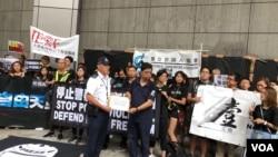香港傳媒界7月14日黑衣靜默遊行(美國之音海彥拍攝)