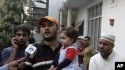 پاکستان کرکٹ ٹیم کے وکٹ کیپر ذوالقرنین کے بھائی لاہور میں صحافیوں سے بات کرتے ہوئے۔ پیر کو ساؤتھ افریقہ کے ساتھ ون ڈے میچ سے پہلے ذوالقرنین اچانک غائب ہوگئے تھے اور بعد میں لندن میں نمودار ہوئے۔