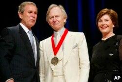 تام وولف با پرزیدنت جرج دبلیو و لارا بوش، هنگام دریافت مدال بنیاد مطالعات انسانی آمریکا