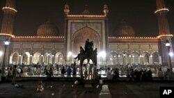 Trẻ em Hồi giáo Ấn Độ ở New Delhi leo lên bệ đá vui đùa khi chấm dứt tháng chay Ramadan để mở đầu lễ Eid al-Fitr, 19/8/12
