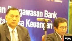 Gubernur BI, Agus Martowardojo (kiri) dan Ketua Otoritas Jasa Keuangan, Muliaman Hadad (kanan) (VOA/Iris Gera).