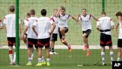 Miroslav Klose y Kevin Grosskreutz practican en Porto Seguro, en el bunker alemán, en preparación para la Copa del Mundo.