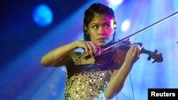 Pemain biola pop Vanessa-Mae dalam salah satu penampilan di Cape Town, Afrika Selatan. (Foto: Dok)