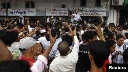 지난달 5일 버마 양곤 술레 공원의 민주화 시위에서 연설하는 학생운동 지도자 미아 아예.