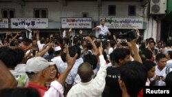 Mya Aye, một trong những nhà lãnh đạo của Nhóm Sinh Viên Học Sinh của Thế Hệ 8888 phát biểu với người biểu tình gần chùa Sule ở Yangon