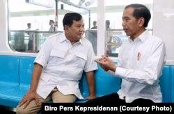 Jokowi dan Prabowo bertemu di atas kereta Moda Raya Terpadu (MRT) dari stasiun Lebak Bulus dan diakhiri di stasiun Senayan Jakarta.