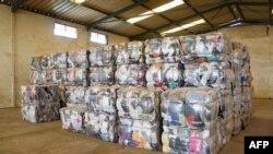 """Une photo prise le 25 juin 2019 montre des ballots de vêtements de seconde main prêts à être envoyés à des grossistes au centre de recyclage de textiles de l'entreprise sociale française """"Le Relais"""" à Diamniadio, au Sénégal."""