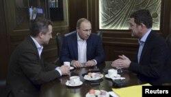 ប្រធានាធិបតីរុស្ស៊ី Vladimir Putin (កណ្តាល) ផ្តល់បទសម្ភាសន៍ដល់កាសែតអាល្លឺម៉ង់ Bild នៅទីក្រុង Sochi ប្រទេសរុស្ស៊ីកាលពីថ្ងៃទី៥ ខែមករា ឆ្នាំ២០១៦។