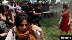 Foto perempuan berbaju merah yang disemprot gas air mata oleh polisi memancing kemarahan publik, terutama perempuan, yang kemudian ikut demonstrasi. (Reuters/Osman Orsal)