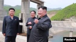 Severnokorejski lider Kim Džong Un tokom posete stanici Kumjagang, 4. maja 2019.