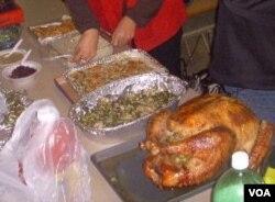 Kalkun panggang dan makanan pelengkap untuk santapan Thanksgiving ala Indonesia