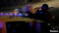 美国麻省理工学院2013年4月18发生一名警察遭受枪杀案之后, 4月19日警方在麻萨诸塞州沃特敦镇进行搜寻并要一名男子伏地不动。