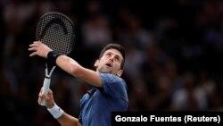Novak Đeković očekuje smeč protiv Žoao Souze u 2. kolu turnira u Parizu, 30. oktobar 2018. (Foto: Reuters/Gonzalo Fuentes)