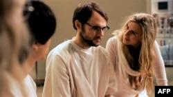 Brit Marling glumi Megi, misterizonu predvodnicu jedne sekte u Los Andjelesu.