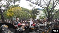 Kepolisian Jaga Ketat aksi massa buruh di kawasan industri Cikarang dalam peringatan May Day 2014 (VOA/Andylala).