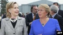 克林顿与智利总统巴切莱特在圣地亚哥会晤