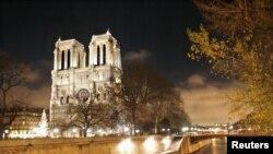 Crkva Notrdam okupana u svetlu tokom proslave Dana Bastilje