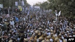 Многотысячная демонстрация в Лахоре в поддержку закона о богохульстве. Пакистан. 30 января 2011 года