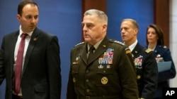 2020年1月8日,美軍參聯會主席米利上將(中)在向國會成員匯報美軍上星期殺死伊朗將軍蘇萊曼尼一事後走向參議院。
