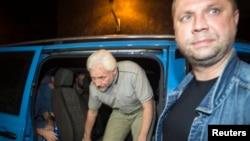 Bốn quan sát viên của Tổ chức OSCE được thả ra hôm thứ Bảy, một tháng sau khi bị bắt ở Luhansk.