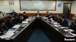 12일 북한의 핵실험 1시간 뒤 한국 청와대에서 이명박 대통령(가운데)이 긴급국가안전보장회의를 주재하고 있다.